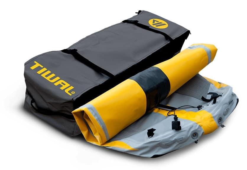 Coque enroulée du voilier gonflable Tiwal 3 et son sac de transport