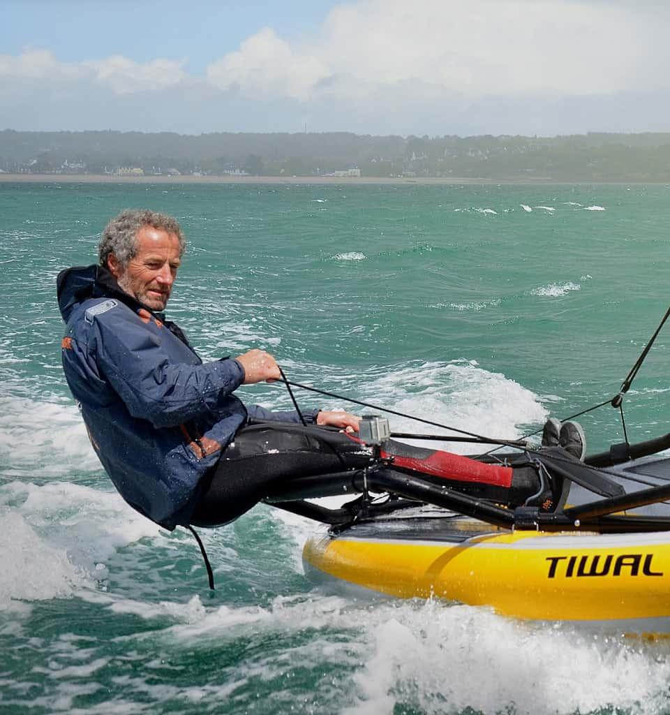 Le skipper Michel Desjoyeaux navigue sur le voilier gonflable Tiwal 3