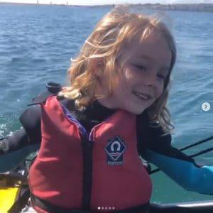 Petite fille qui navigue sur un dériveur de poche Tiwal 3